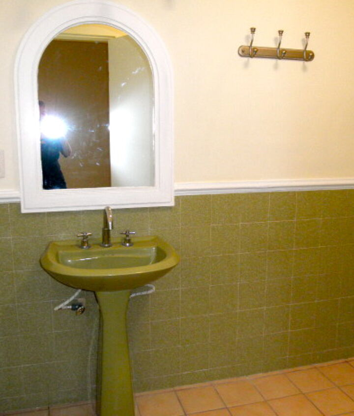 guest room bath - hate the green - this bathroom has tub