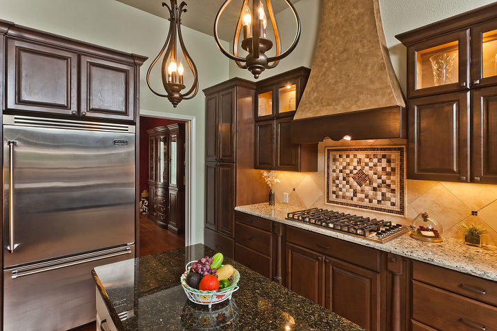 Back splash and lighted uppers.