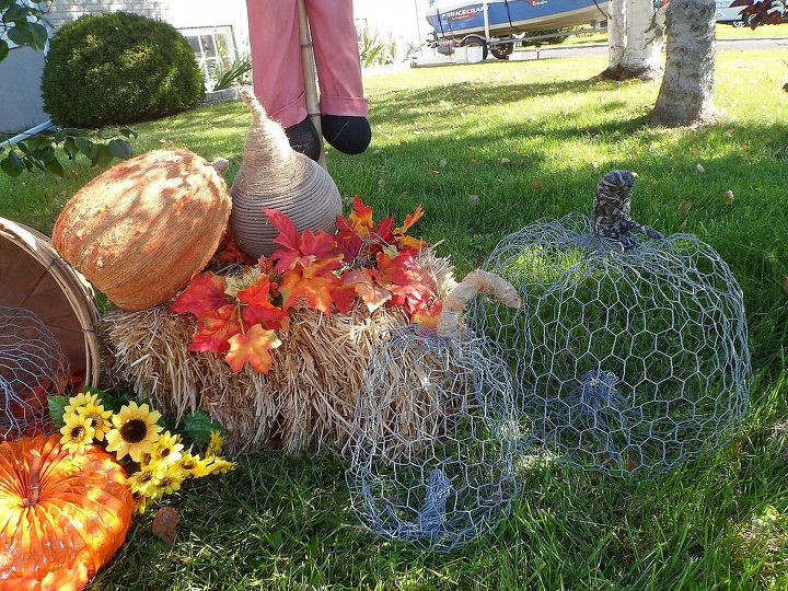 A close-up of my chicken wire pumpkins.  I also wrapped jute and cording around the pumpkins/gourds that are on the hay bale. They were in need of a makeover