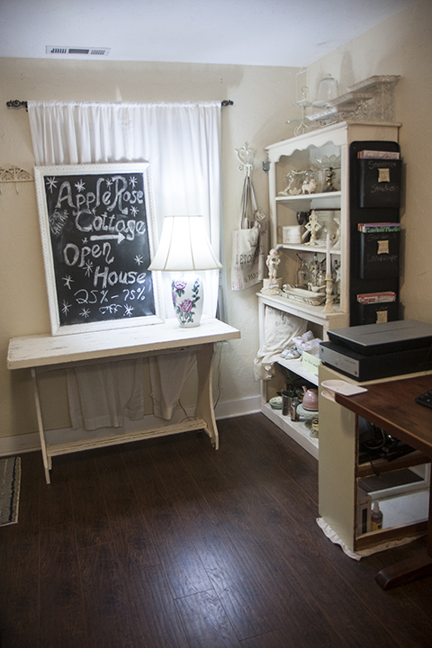 This shows again my decor style, shows the wood floors I am in love with... and see on the side of the hutch is the coolest thing for holding magazines! I  LOVE IT!