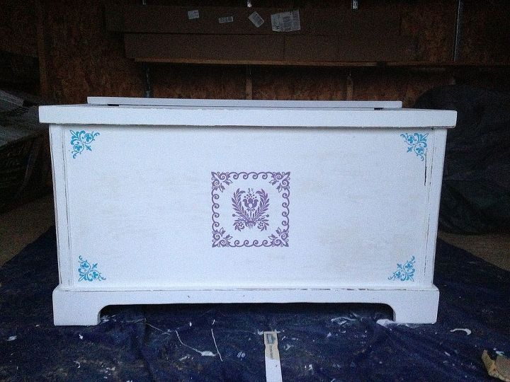 I applied a few coats of latex white paint, since it's impossible to find milk or chalk paint where I live.