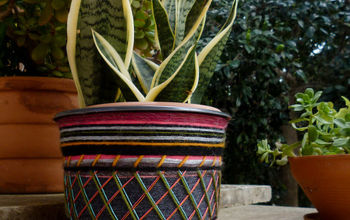 How to Decorate a Plastic Flower Pot Using Yarn Leftovers