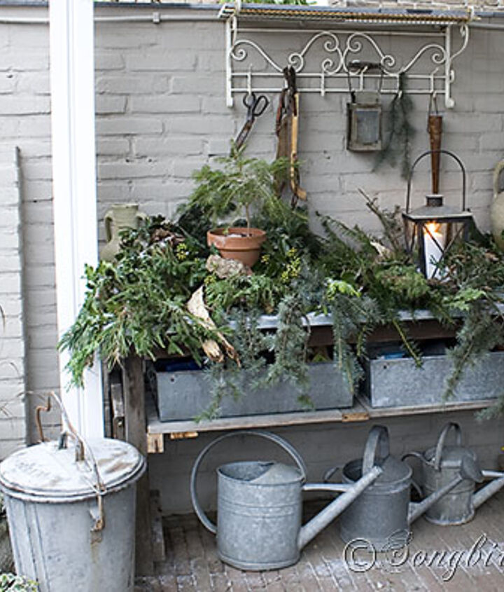 The garden workbench got and easy and rustic look, with lots of greenery.