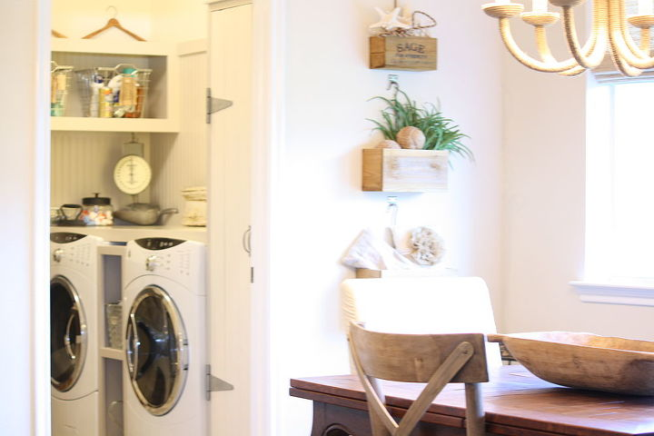 Eat in area and adjoining laundry room space...
