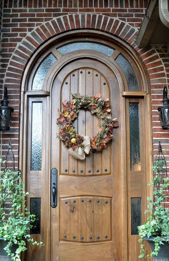 As the fall pumpkins start showing up in the grocery I'll add those to my little porch...but for now, the wreath gives an early fall welcom~ xo