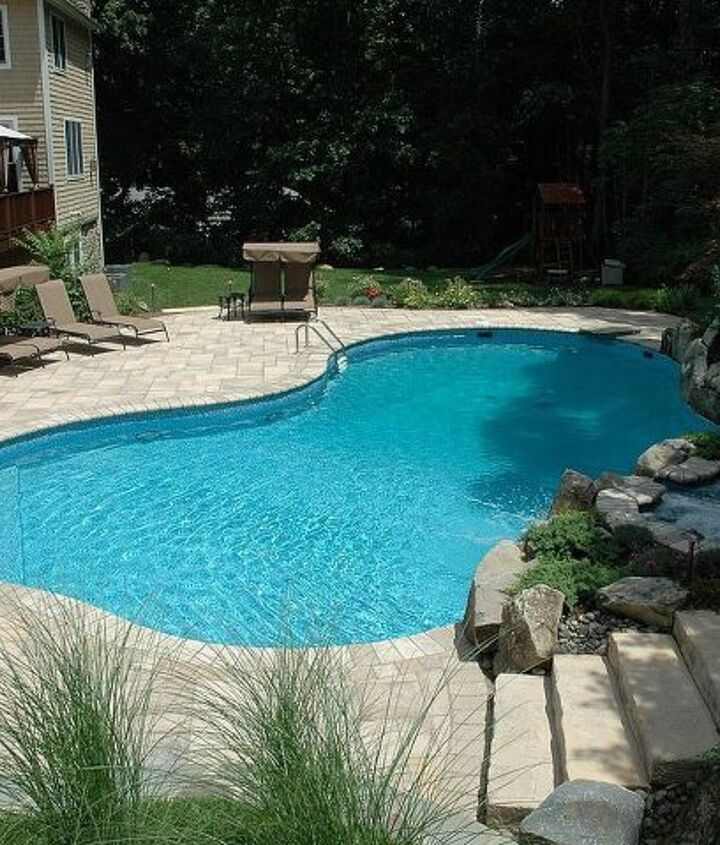 Freeform vinyl liner pool with steps up to the spa patio http://www.deckandpatio.com/awards/Awards2008.html