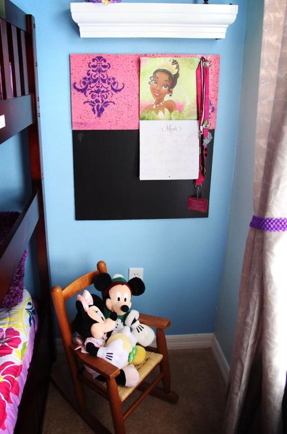 A little nook at the end of the bunk bed with a small chalk board and a pin board painted the colors of her room. This is meant to be a space where she can pin up things she likes, draw pictures and more.