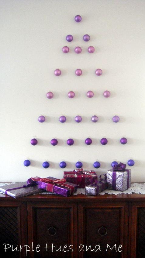 Sept rangées de trente-quatre ornements aux nuances de pourpre donnent un look de fête.