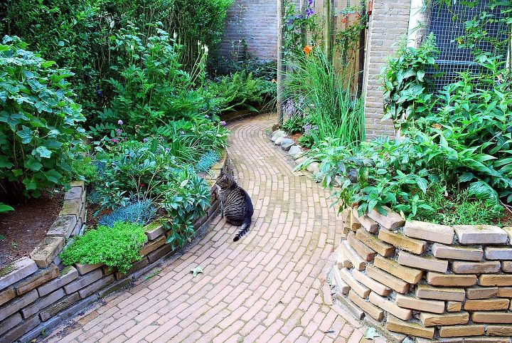 Constructed plantbeds with curved stacked bricks