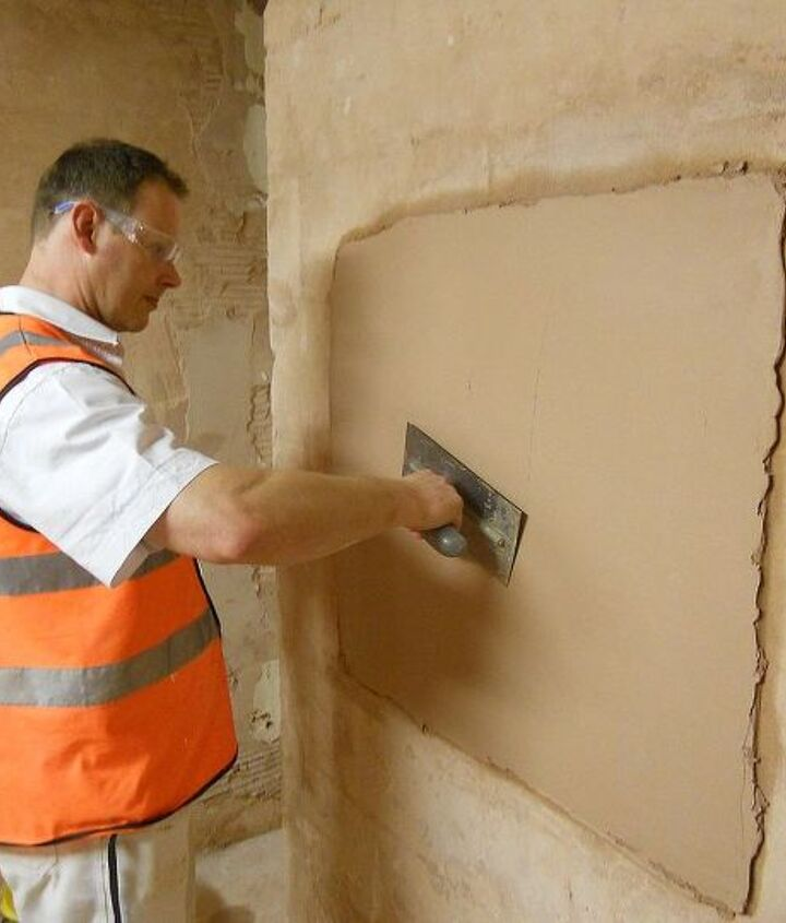 Applying a finishing plaster