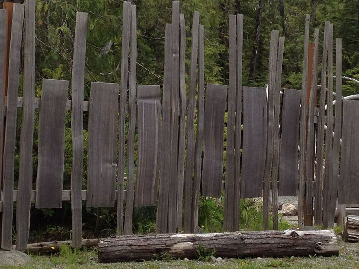 I snapped this picture because I wanted to remember this formation in a fence...how unique and it's all just reclaimed wood...wonderful:)