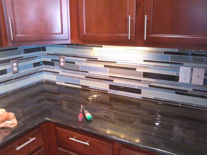 glass tiled kitchen backsplash, kitchen backsplash, kitchen design, tiling