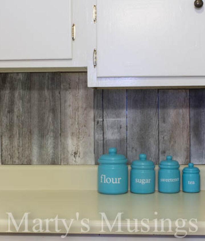 Aqua brings out the fence board backsplash.