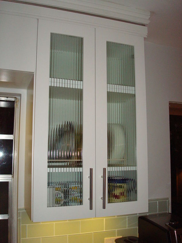 Reeded glass inserts on 5 cabinet doors.