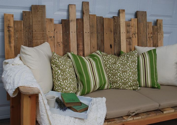 Pallet Sofa at www.theironstonenest.com