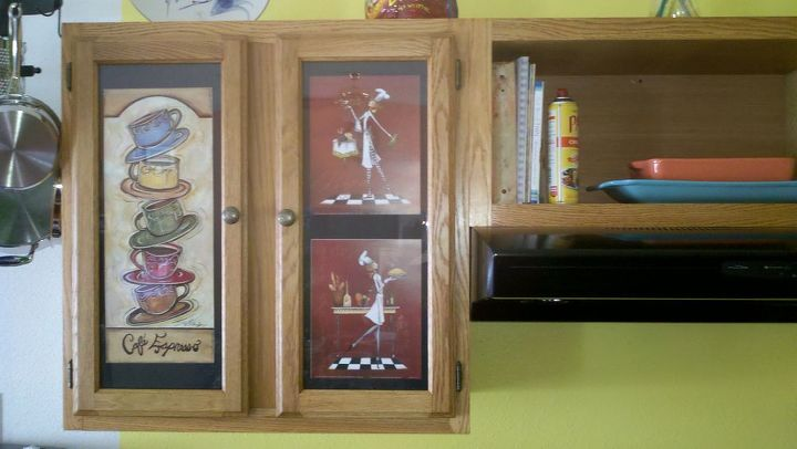 Replaceable picture frame.