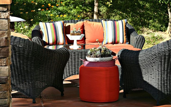 A cozy space beckons to guests.  (Learn more here: http://www.acasarella.net/2012/02/i-interrupt-this-tour-of-living-room.html)