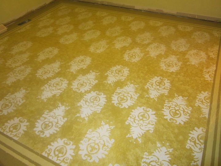 With cream color I stenciled the pattern I found on the internet. I enlarged it with a projector on the wall and copied it to a plastic sheet. I cut out the plastic while I was watching a movie.