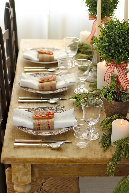 Easy DIY Holiday Decor ideas for this table setting.