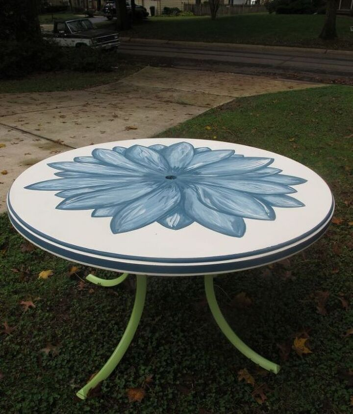 Pretty blue flower on top painted with Annie Sloan chalk paint. I used Aubusson Blue, mixed with Old White, to create shades and shadows. The legs are spray painted Green Apple, to symbolize the stem of the flower :)