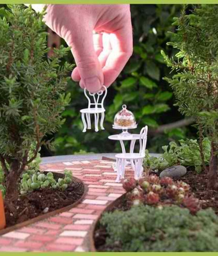 How beautiful is this miniature garden patio?  Let's learn how you can make one for yourself.