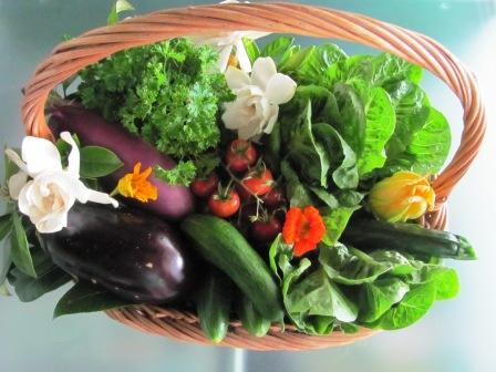 Anne shows how to make your own garden gift basket. http://themicrogardener.com/garden-design-ideas-small-spaces/