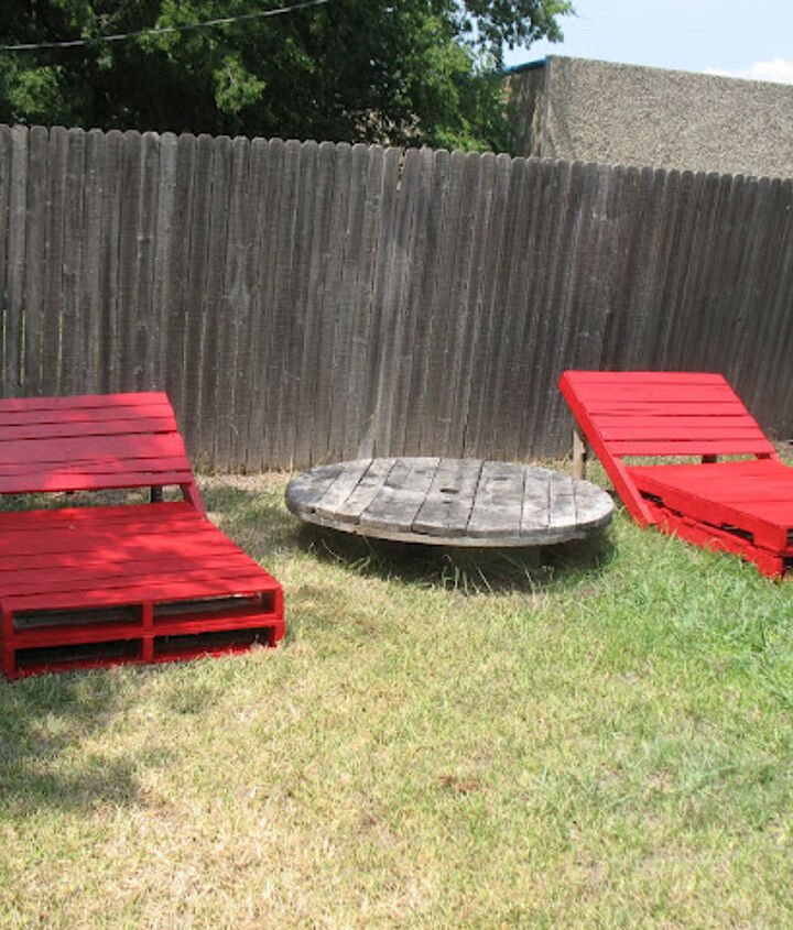 pallet garden loungers, outdoor furniture, outdoor living, painted furniture, repurposing upcycling