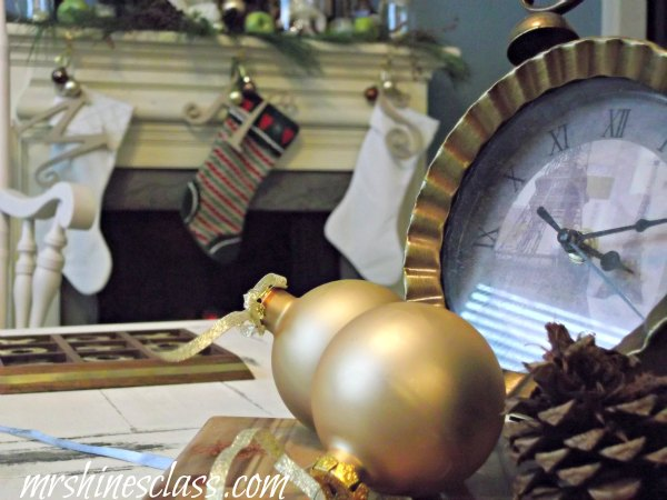 christmas in the living room, christmas decorations, living room ideas, seasonal holiday decor, simple neutral vignette on the coffee table