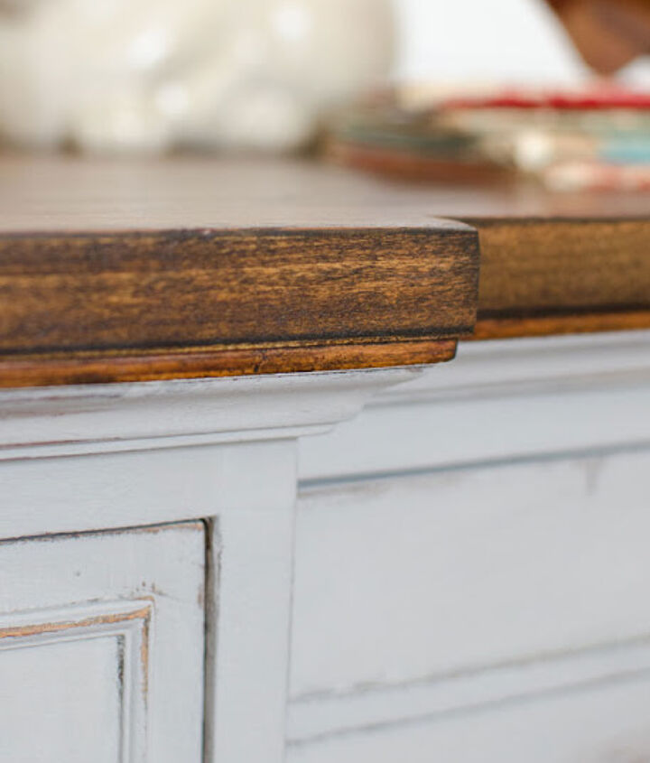 I love the contrast between stained and painted wood.