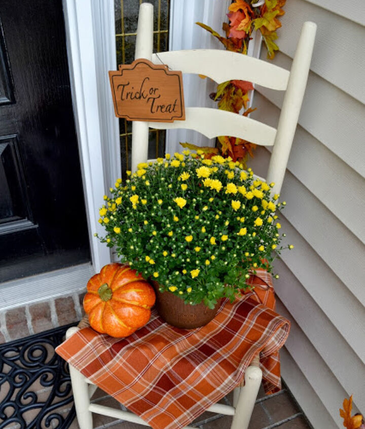 Sweet vignette from Adventures in Decorating.