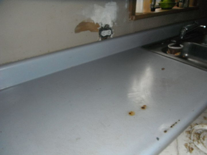 The old countertops and lack of backsplash. Burn marks, dents, chips, missing outlet covers = Nightmare! #DIYcountertop