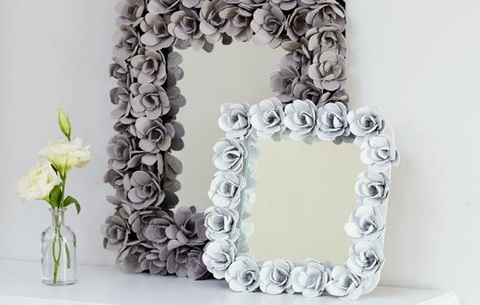 Great for home decoration, even ideal for a gift - this creative flower ornament frame can be both used for used for mirrors and photos. It's easy-to-make and gives you opportunity to experiment with paint spray colors.