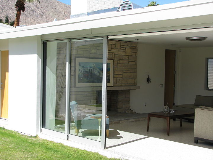 The glass wall folds neatly onto the wall alcove for maximum effect.