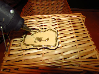 Glue gun it to place plaque on basket - almost done! Photo courtesy of DIY Huntress.