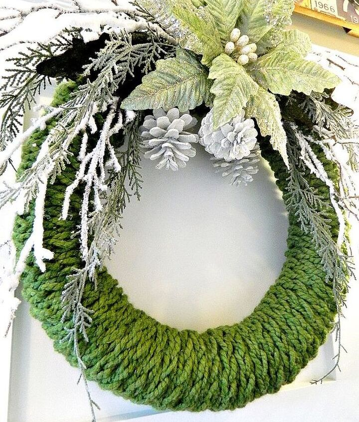 finger knitted christmas wreath, christmas decorations, crafts, seasonal holiday decor, wreaths