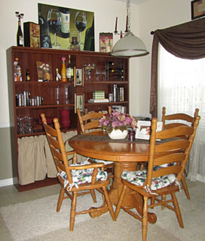 Old house again. I just moved the dining set to the kitchen.