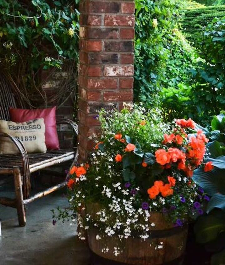 This lush front door sitting area is the perfect summer escape!