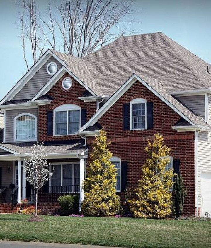 Beautiful new home by Gainey & Sons Masonry, Inc. using Pinehall Old Colony brick as accents.