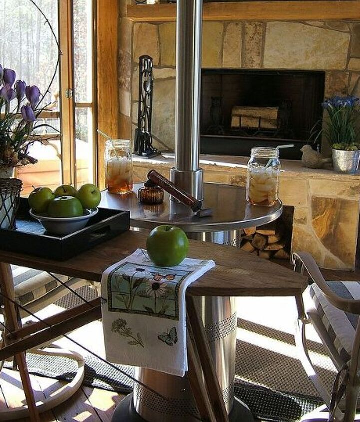 A view of the screened porch-