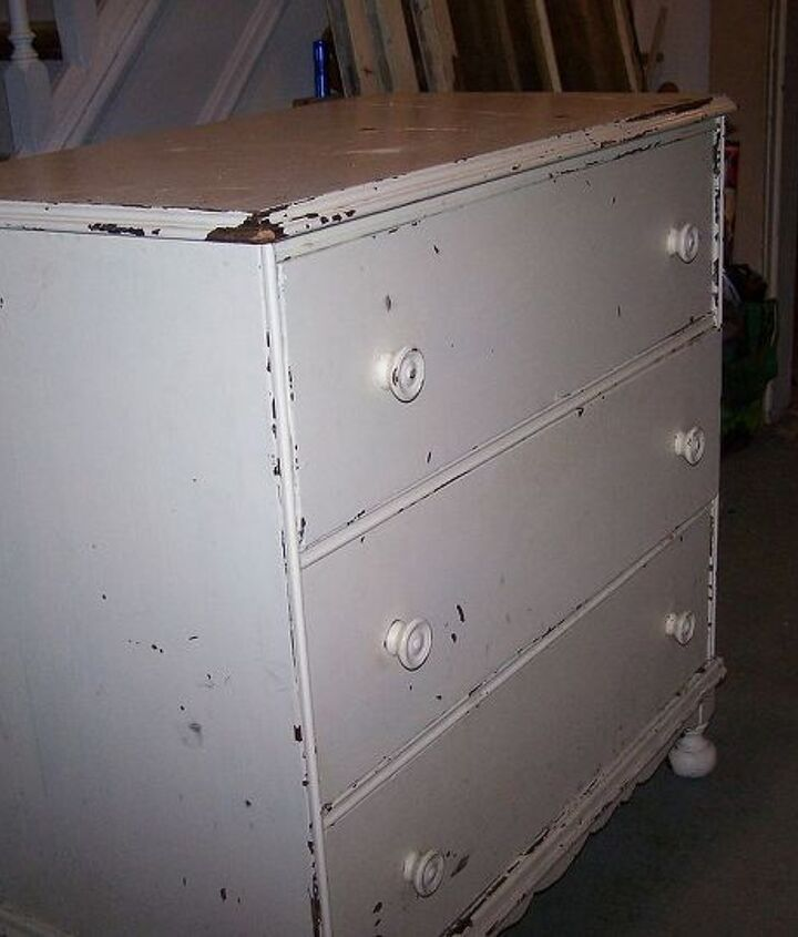 The Little Mahogany Chipped Dresser when she arrived at the house....... I loved her just like that - but she was missing something .......