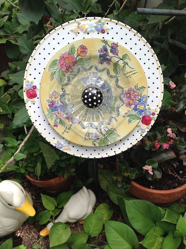 Love the black and white polka dot plate and center on this adorable flower.
