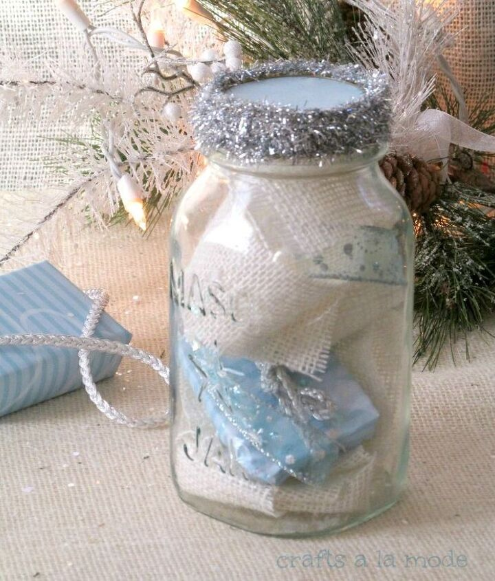 See the small gift? It's sitting so nicely in amongst the burlap and ribbons.. :)