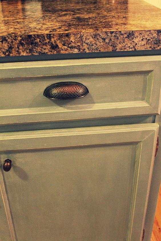http://arttisbeauty.blogspot.com/2012/07/kitchen-cupboard-and-kitchen.html Kitchen transformation using Ce Ce Caldwells paint