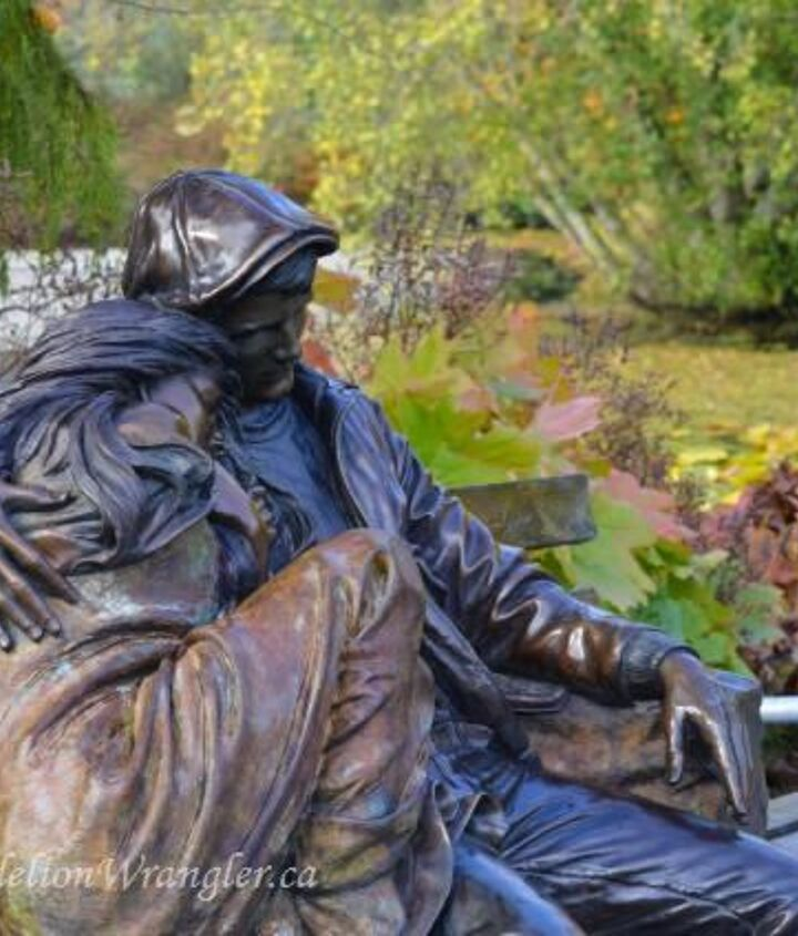 A romantic bronze statue along Livingstone Lake.