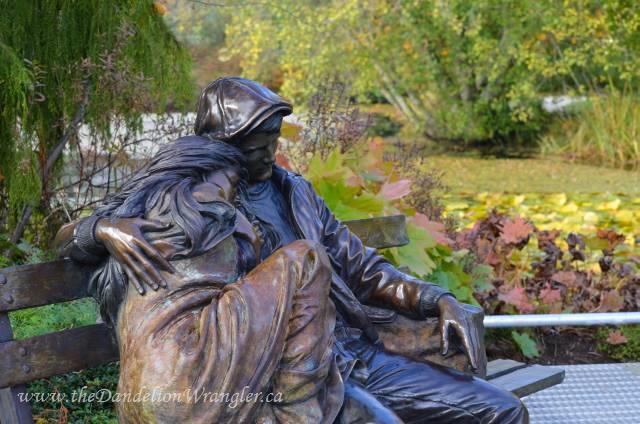 A romantic bronze statue along Livingstone Lake.