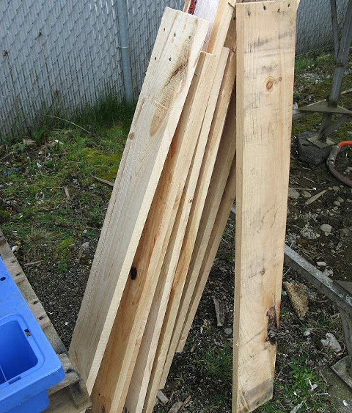 How to dismantle pallets? It isn't easy! Most nails are twisted and hard to remove but that isn't to say it's impossible. A good crowbar and hammer can do quite nicely but I attempt to find loose wood when possible.