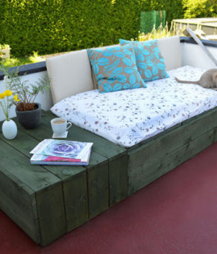 Pallet project of a Patio Day Bed - http://www.lovelygreens.com/2013/06/pallet-project-patio-day-bed.html