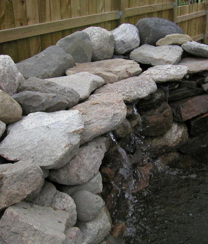 Wall Waterfall, with fieldstones. Building instructions: http://www.usa-gardening.com/waterfall/garden-waterfall.html