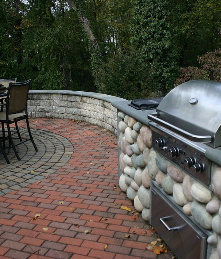 The circle pattern is repeated in the wall radius and the wall with heat treated flagstone cap provides for additional setting for those larger parties.
