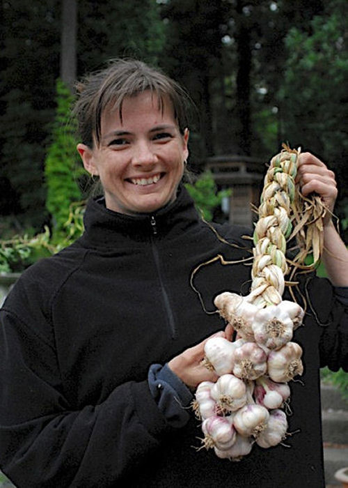Garden Therapy - http://gardentherapy.ca/how-to-braid-garlic/